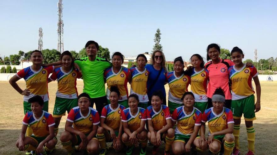 Las jugadoras junto a la fundadora del equipo, Cassie Childers, y su entrenador, Dompo Gorjee /Imagen cedida