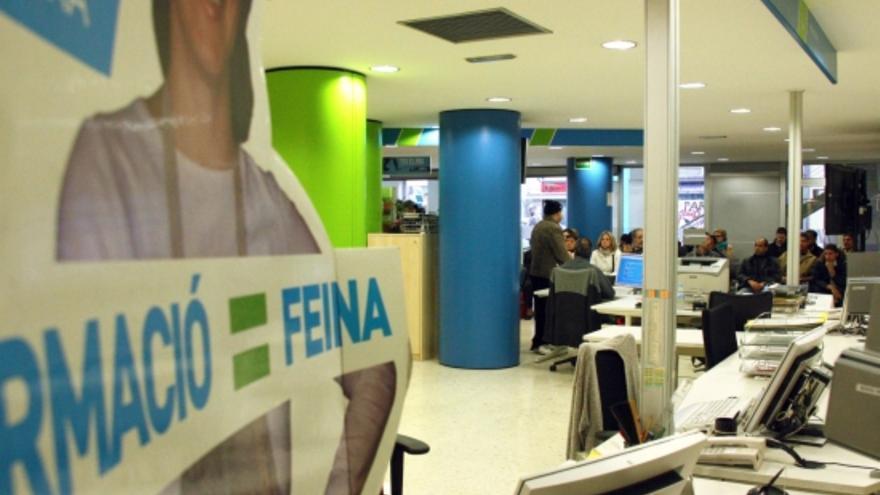 El paro baja de personas en catalu a gracias a los for Caja de cataluna oficinas