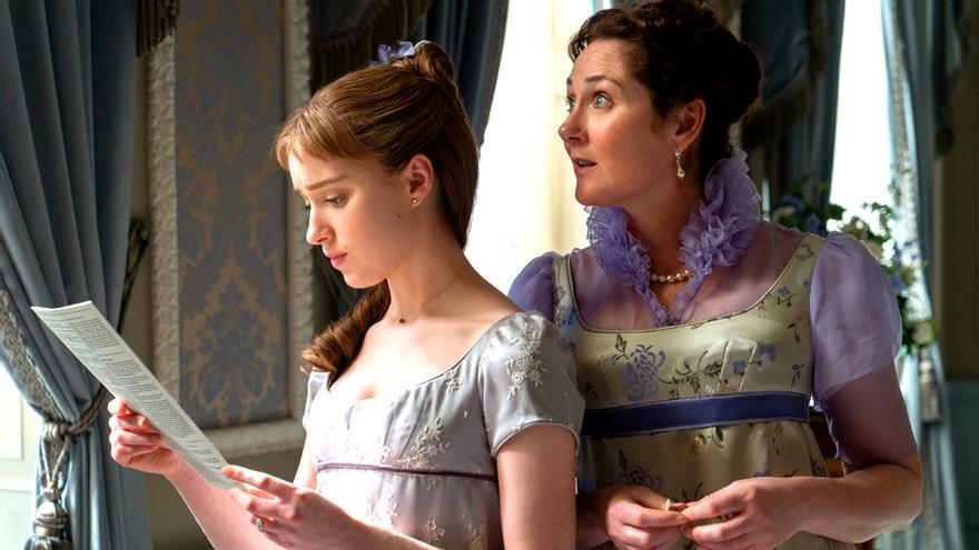 Daphne, leyendo el panfleto de Lady Whistledown en 'Los Bridgerton'