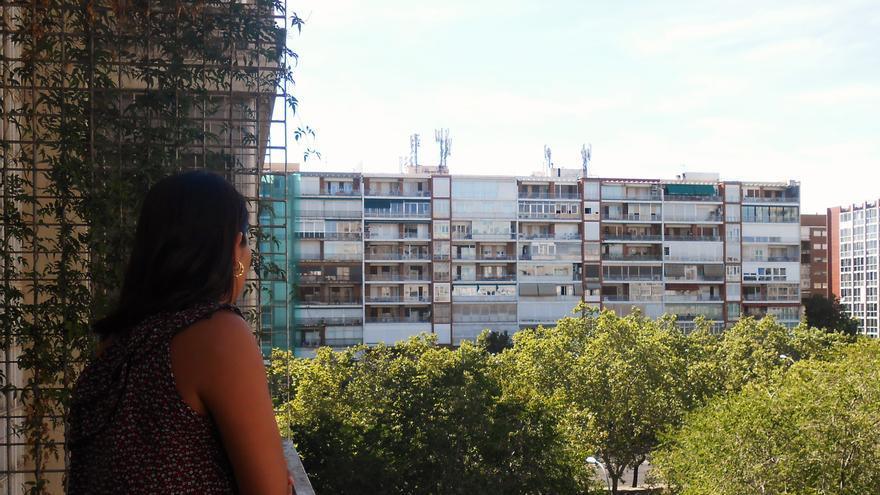 Ana María (nombre ficticio) en su casa de Madrid, donde vive tras haber huido de su país, Hondura, por sufrir violencia de género | FOTO: Marta de la Fuente