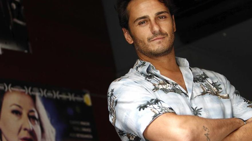 El español Asier Etxeandía pone a bailar a los Platino bajo ritmos latinos