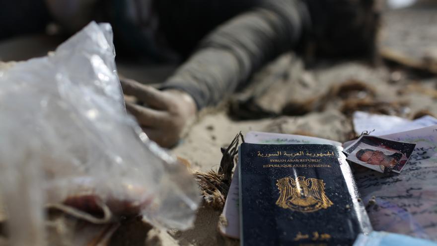 Enseres personales de una mujer siria ahogada. AP / Mohamed Ben Khalifa