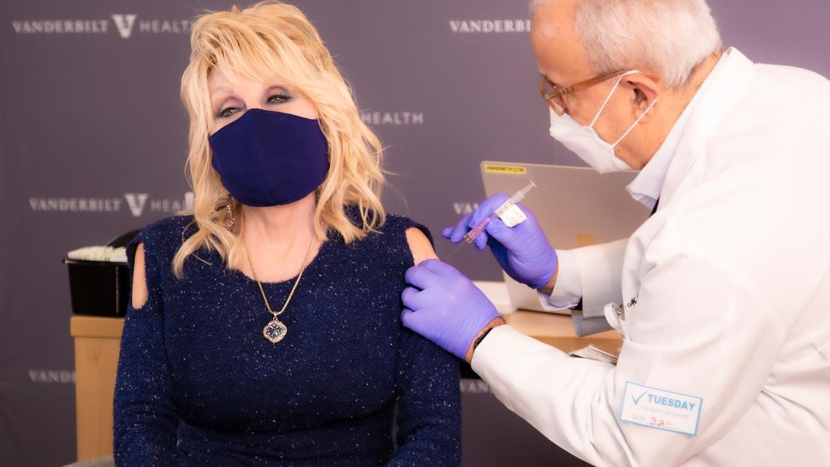 Dolly Parton recibe la vacuna de Moderna.