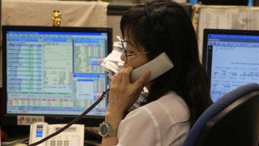 El índice Hang Seng baja 117,49 puntos, el 0,5 por ciento, a media sesión