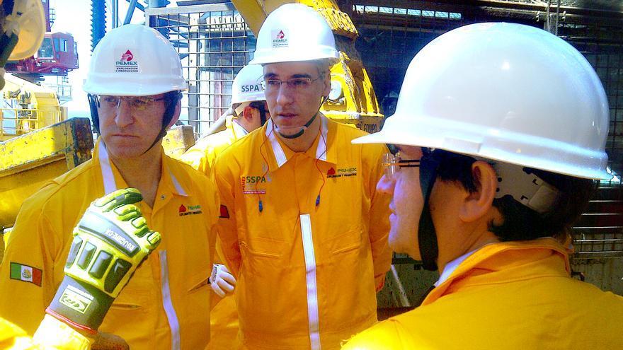 Feijóo y su conselleiro de Industria, en 2014 en una plataforma petrolífera de Pemex con uno de los directivos ahora investigados