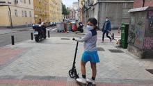 Eleonor espera con su patinete en su segunda salida