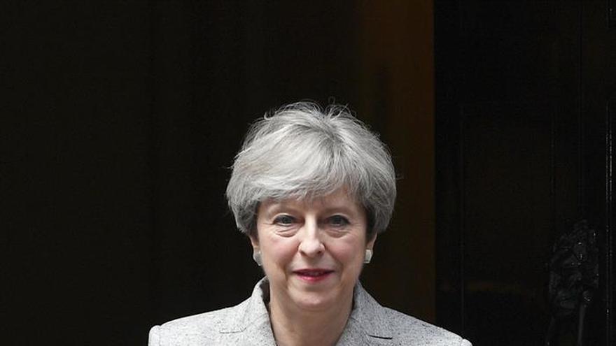 """May confirma que las negociaciones del """"brexit"""" comenzarán la próxima semana"""