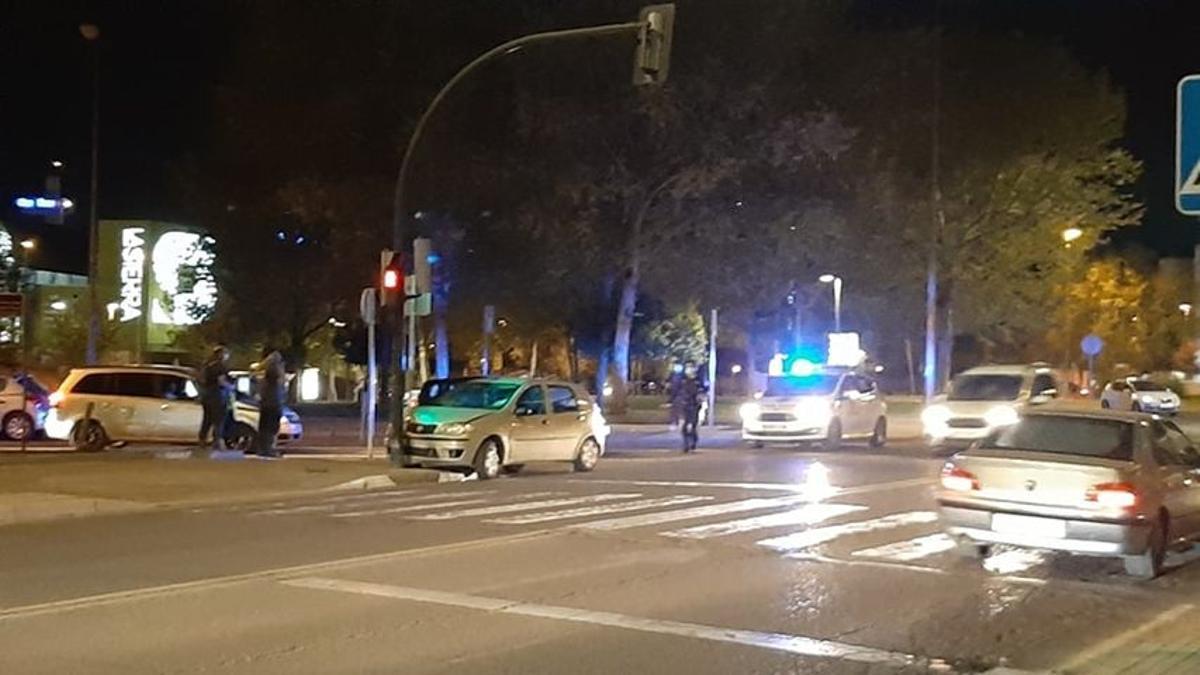 El coche que ha chocado contra un semáforo junto al Carrefour La Sierra