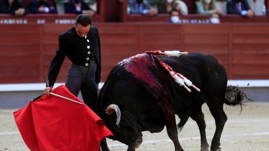Enrique Ponce llevaba una botonadura con la cara de Franco durante la corrida en Las Ventas de cierre de campaña de Isabel Díaz Ayuso