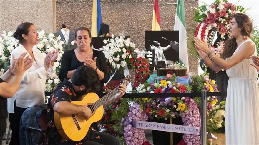 Lole aplaza el concierto de Madrid por el fallecimiento de Manuel