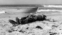 Cadáver aparecido el 1 de noviembre de 1988 en la playa de Los Lances, en Tarifa, fotografiado por Ildefonso Sena para Diario de Cádiz