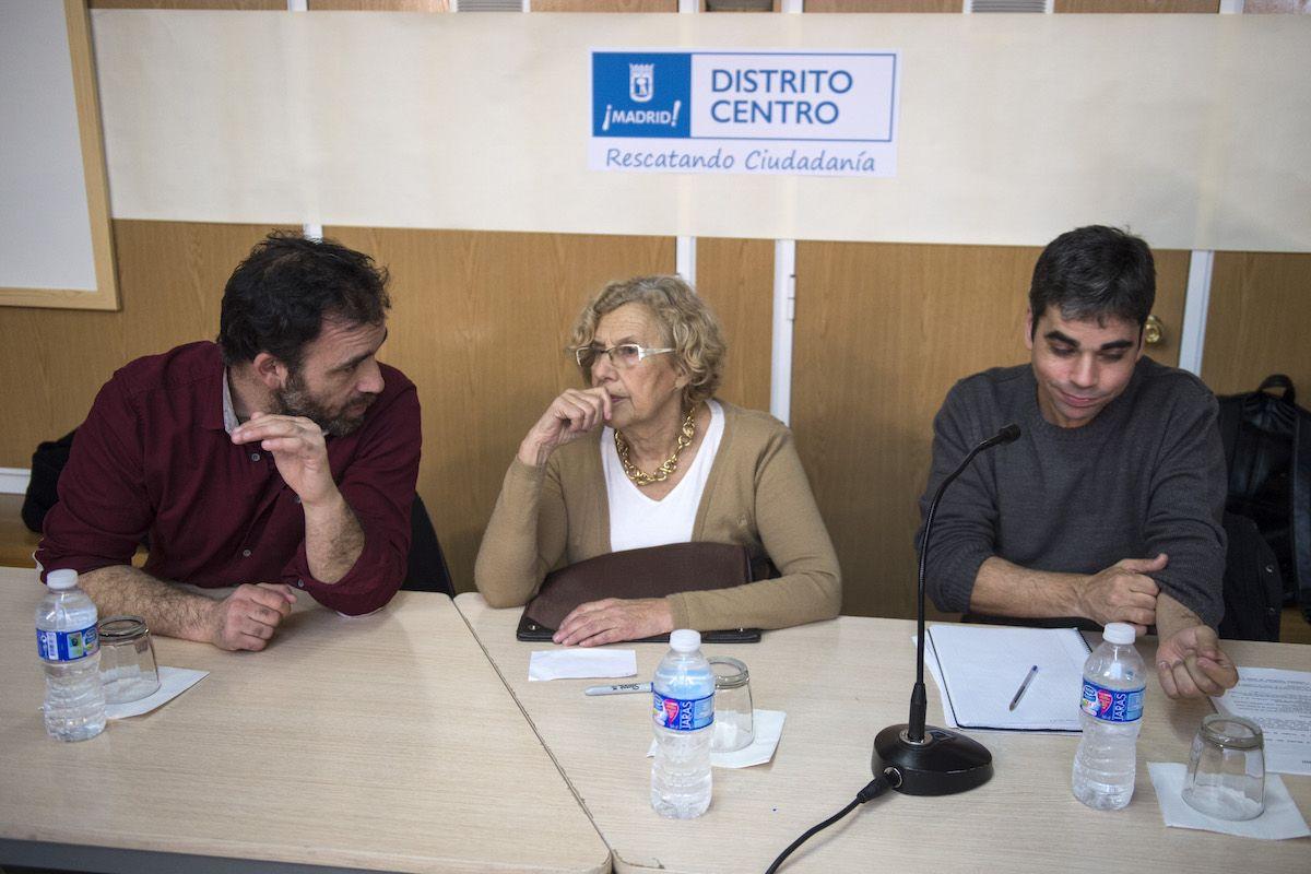 Los concejales Nacho Murgui y Jorge García Castaño, junto a Carmena durante un encuentro con vecinos y asociaciones del distrito | AYTO MADRID