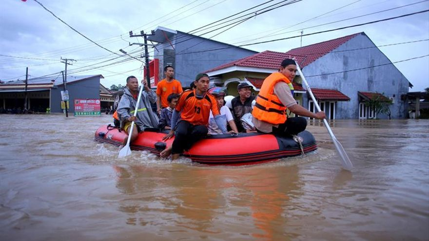 Rescate de afectados por inundaciones en Indonesia.