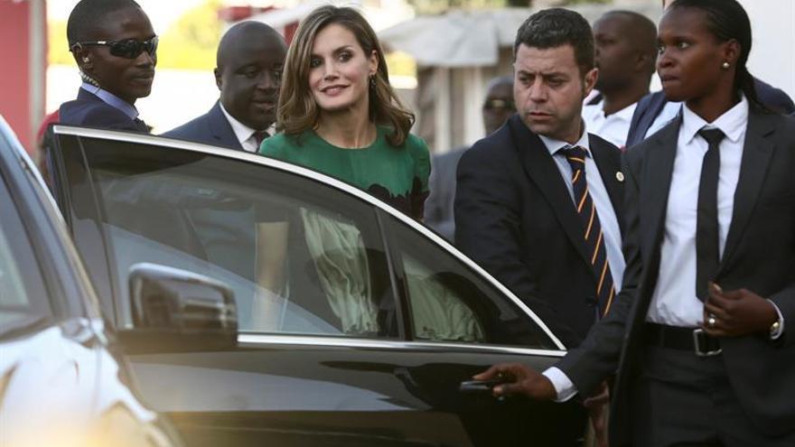 La Reina Letizia se reúne en Dakar con defensoras de los derechos de la mujer