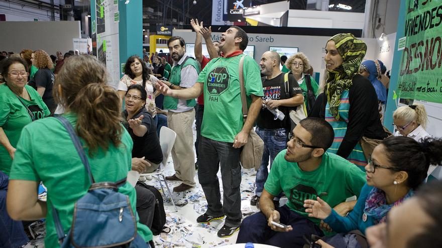 La PAH ocupa el punto de información de la Sareb en el Barcelona Meeting Point de 2013 / ENRIC CATALÀ