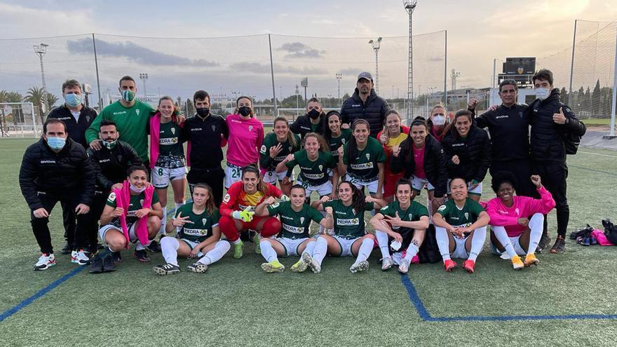 El Córdoba Femenino celebra su triunfo en Valencia.