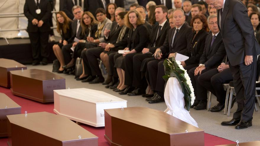 El comisario europeos de Inmigración Dimitris Avramopoulos frente a los cuerpos de los fallecidos en el naufragio de 800 personas en su intento de llegar a Europa/ Hoy loas autoridades europeas deciden un plan de medidas con el supuesto objetivo de frenar las muertes en el Mediterráneo/ Imagen: AP/ Alessandra Tarantino)