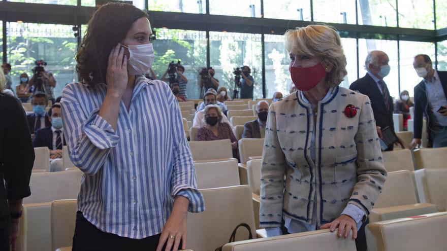 Imagen de recurso presidenta en funciones de la Comunidad de Madrid, Isabel Díaz Ayuso (i), conversando con la que fuera ministra de Educación y Cultura, presidenta del Senado y de la Comunidad de Madrid, Esperanza Aguirre.