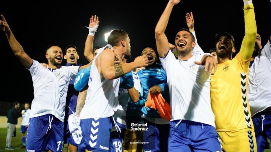 Alegría de los jugadores del Tamaraceite tras eliminar al Almería.