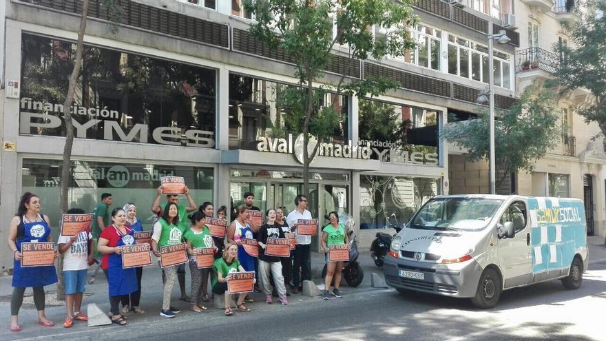 Acción de la PAH #ArturoSeQueda ante Avalmadrid.