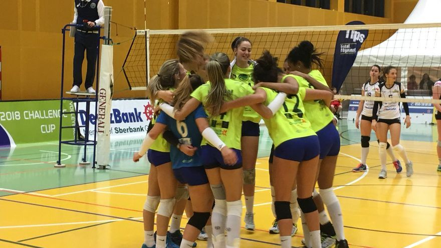 Las jugadoras del CV Centro Comercial y de Ocio 7 Palmas celebran la victoria frente al equipo austriaco