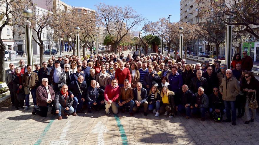Alejandro Soler con militantes del PSPV-PSOE de Elche.