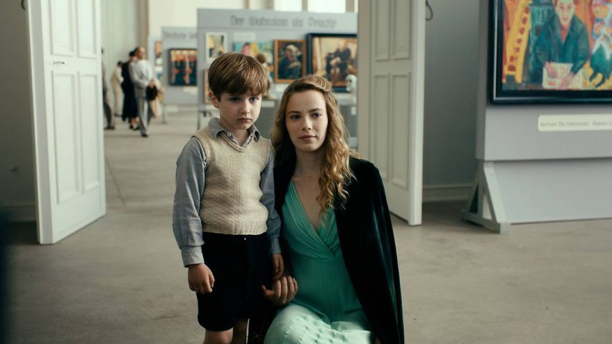El joven Kurt Kurt Barnert -interpretado por Cai Cohrs- visita un museo con su tía u
