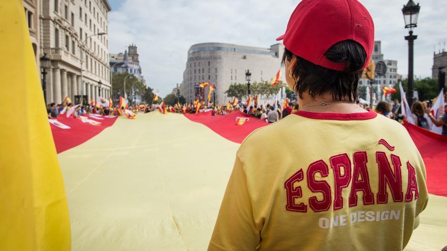 En la plaza Catalunya se ha desplegado una gran bandera