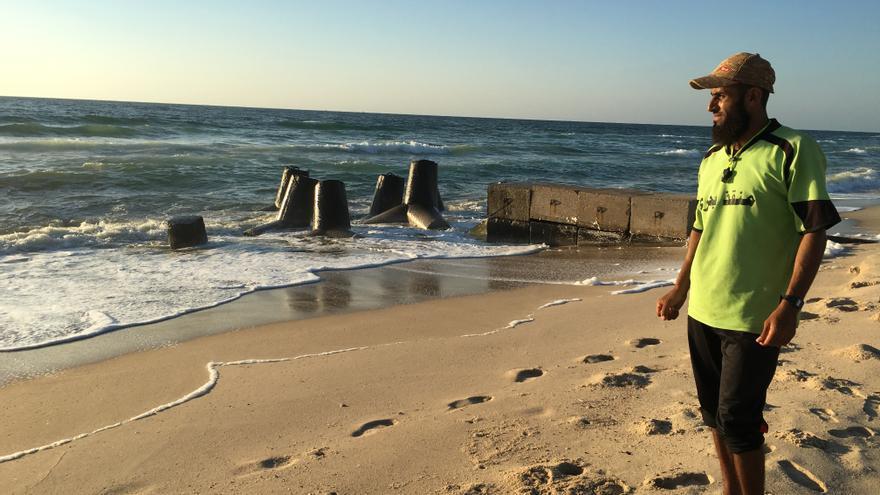 Mohammed Abu Mhadi, antes socorrista de playa en Gaza, hoy  prohíbe bañarse por la presencia de aguas residuales.   FOTO: Isabel Pérez