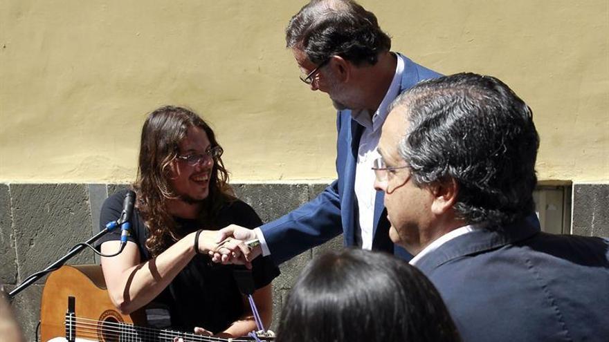 Rajoy saluda a un músico callejero en La Laguna. (EFE/Cristóbal García)