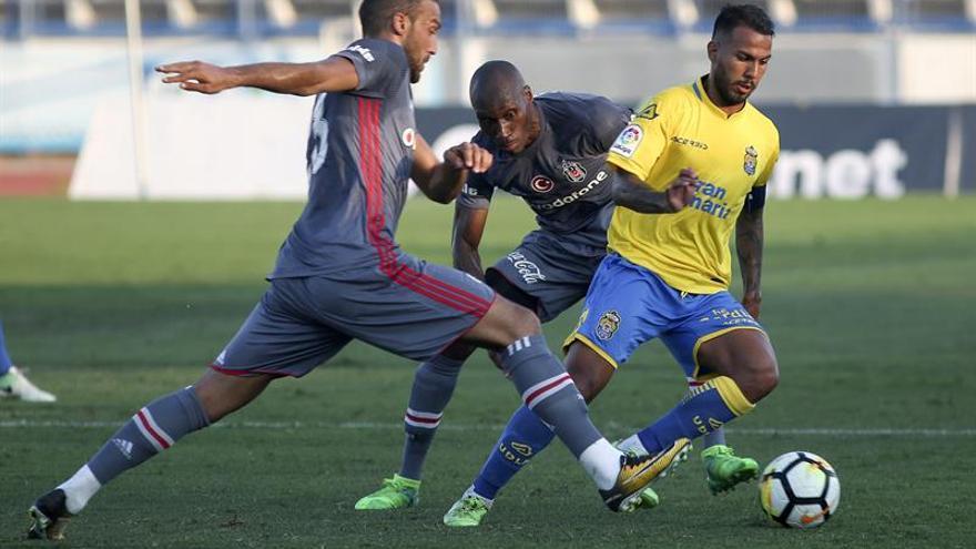 El jugador de la UD Las Palmas Jonathan Viera pelea un balón con Cink (i) y Atiba, del Besiktas, en partido amistoso disputado en el Estadio Municipal de Marbella. EFE/Daniel Pérez