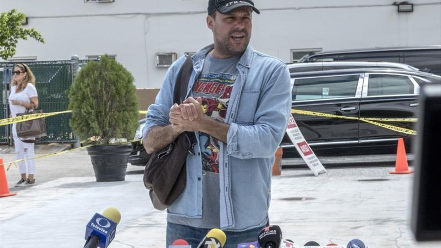 El hijo del cantante mexicano José José, José Joel Sosa, habla con la prensa este miércoles en la puerta de la funeraria Caballero Rivero en el barrio de la Pequeña Habana en Miami, Florida (Estados Unidos).