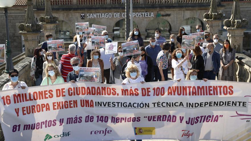 Familiares de víctimas del Alvia, accidentado en Santiago hace siete años, participan en una manifestación convocada por la Asociación Plataforma Víctimas Alvia 04155, este viernes en Santiago de Compostela.