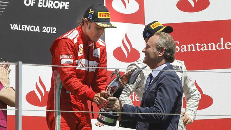 Alberto Fabra entrega a Fernando Alonso el trofeo de gandador del Gran Premio de Europa