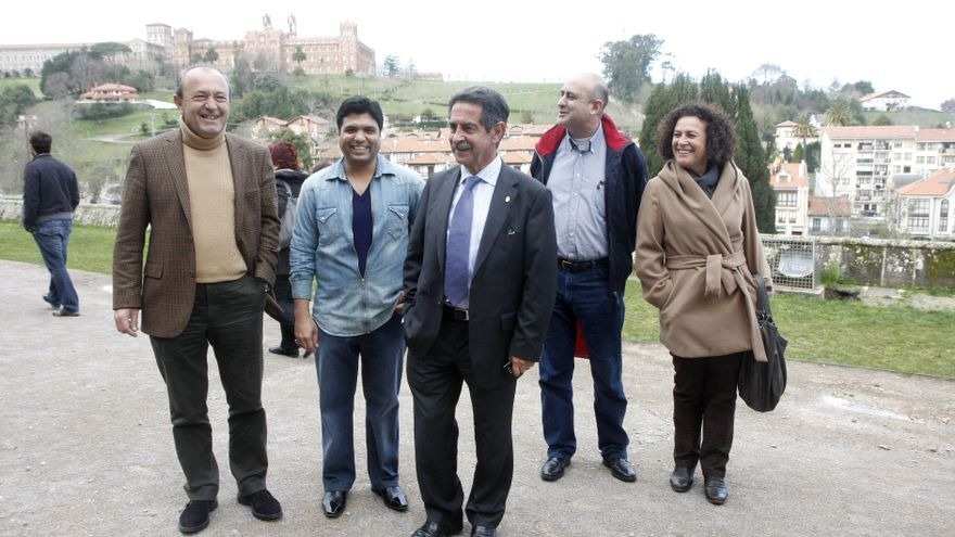 Marcano y Revilla acompañan a Syed durante una visita a Comillas.