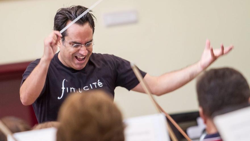 Diego Navarro, durante los ensayos con la Orquesta Sinfónica de Tenerife