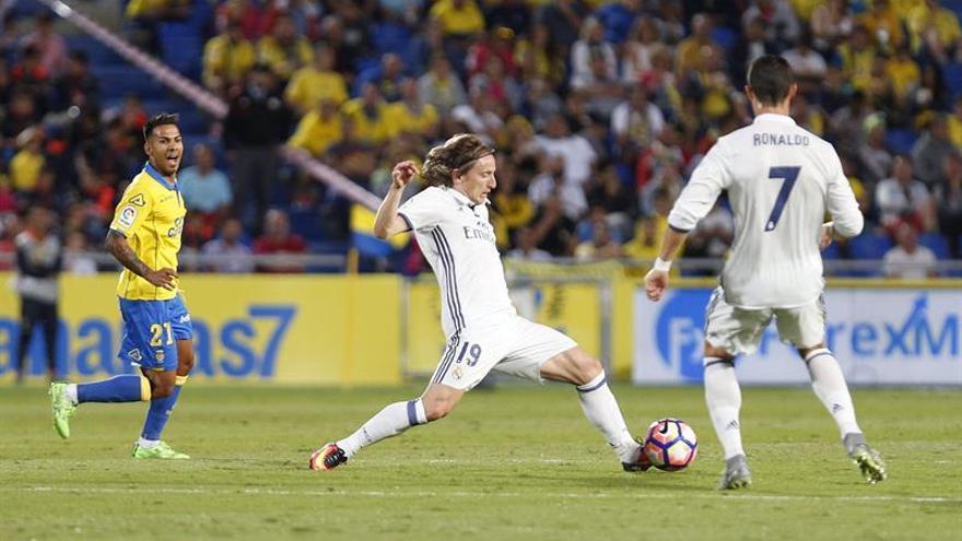 El centrocampista croata Luka Modric junto al centrocampista de la UD Las Palmas Jonathan Vieiria (i), durante el partido de la sexta jornada de la Liga de Primera División qn el estadio de Gran Canaria. EFE/Ángel Medina G.