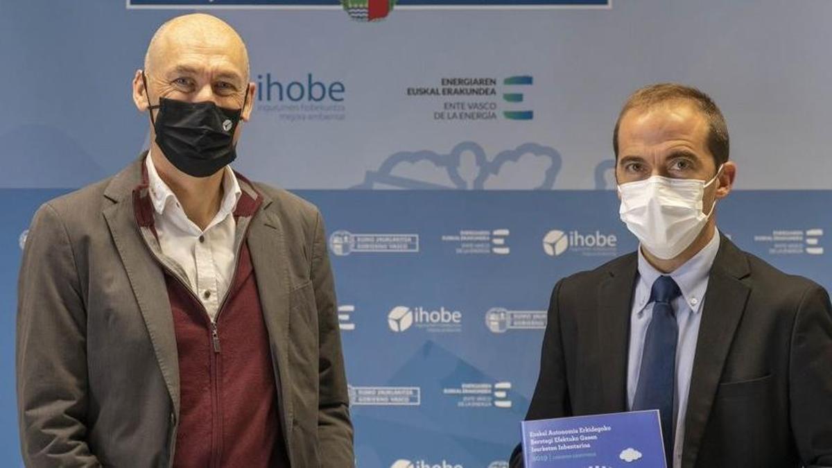 Los directores generales del EVE, Iñigo Ansola, y de Ihobe, Alexander Boto, presentan el Inventario de Emisiones de Gases de Efecto Invernadero de Euskadi.
