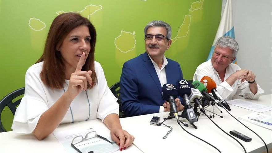 El presidente de Nueva Canarias (NC), Román Rodríguez (c); la vicepresidenta del partido, Carmen Hernández, y el diputado en el Congreso Pedro Quevedo (d)