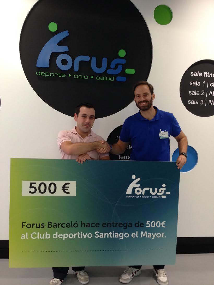 David Martínez (Santiago el Mayor) recibe la donación de manos de Ángel Briongos (Forus)
