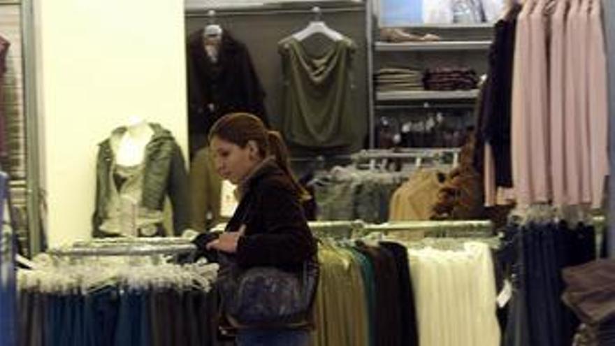 Las tiendas de moda asumirán la subida del IVA en plenas rebajas