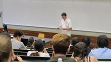 Un profesor durante un examen de la PAU