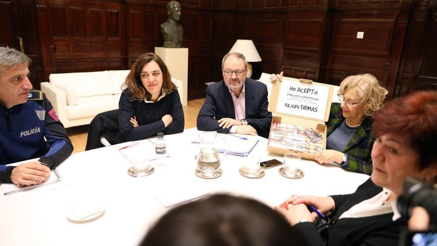 En el centro, Celia Mayer (izq.), Javier Barbero y Manuela Carmena (dcha.).