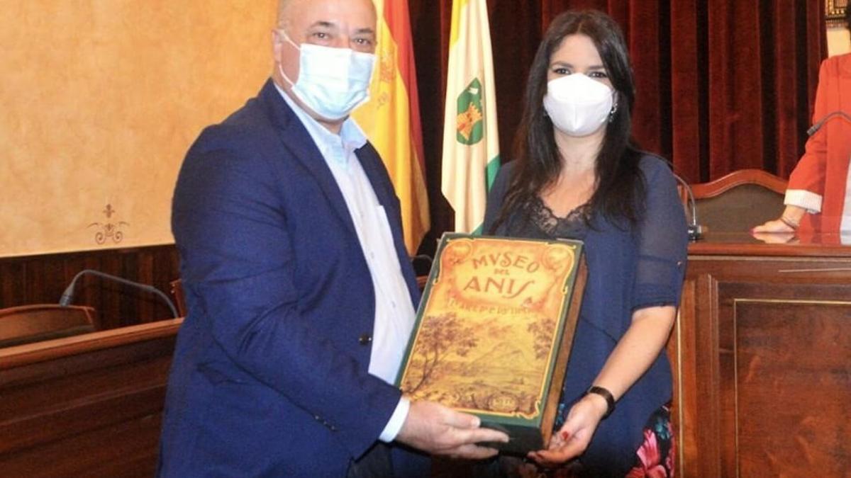 Antonio Ruiz, alcalde de Rute, junto a la delegada de Turismo, Purificación Joyera.