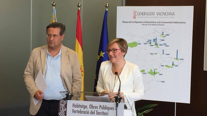 La consellera de Vivienda, María José Salvador, junto al director general de Ordenación, Lluis Ferrando