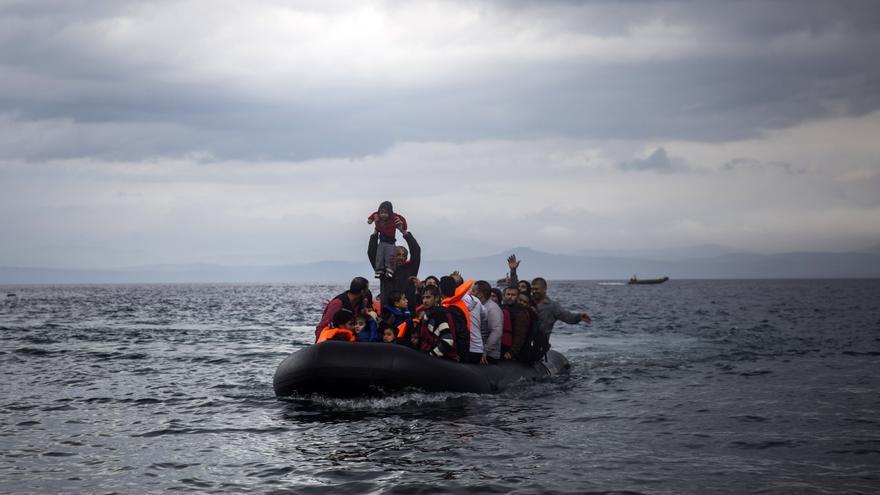 Una embarcación de refugiados y migrantes llega a la isla griega de Lesbos/ Santi Palacios