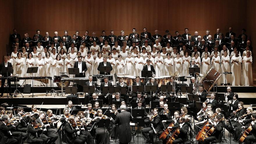 El Orfeón Pamplonés interpretando, en un concierto, la Novena Sinfonía de Beethoven.