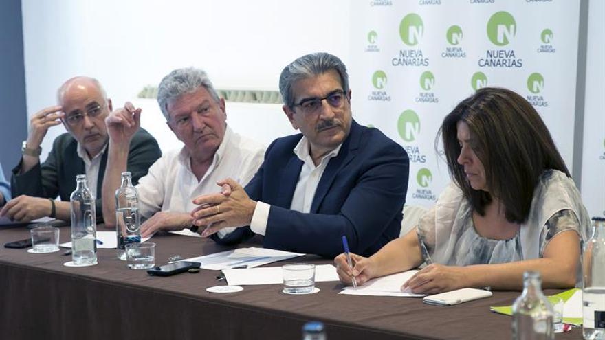 El presidente de Nueva Canarias (NC), Román Rodríguez (2-d), junto a Antonio Morales, Pedro Quevedo y Carmen Hernández (i-d). EFE/Quique Curbelo.