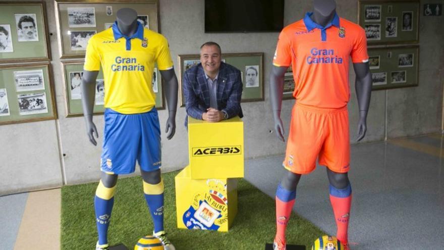 El presidente de la Unión Deportiva Las Palmas, Miguel Ángel Ramírez, con las equipaciones del club para la temporada 2016/2017
