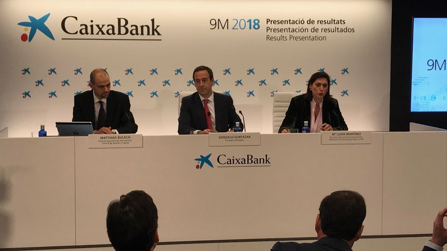 Gonzalo Cortázar, en el centro, en la presentación de resultados de CaixaBank en el tercer trimestre.
